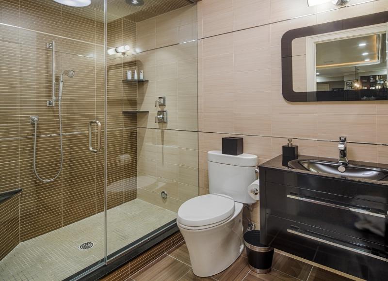 Совмещённый санузел с душевой кабиной дизайн фото